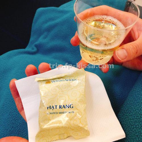 ベトナム航空エコノミークラスの帰路のおつまみとスパークリングワイン