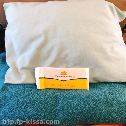 ベトナム航空エコノミークラスの枕とブランケットとお手拭き