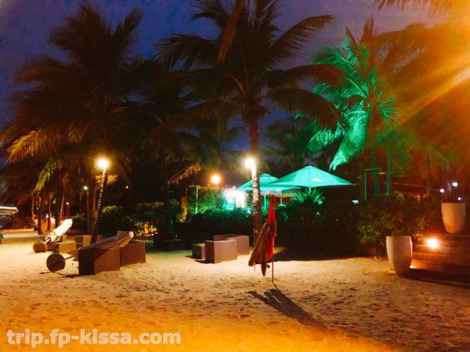 夜のフュージョンマイアダナンのビーチ