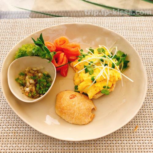 フュージョンマイアダナンのビーチでの朝食のアラカルトスクランブルエッグとサーモン