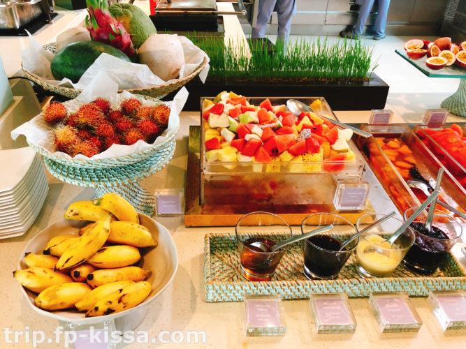 フュージョンマイアダナンの朝食ビュッフェのフルーツバー