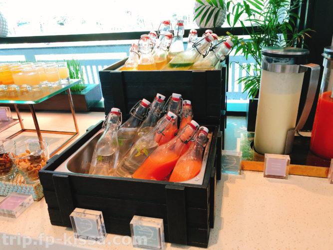フュージョンマイアダナンの朝食の瓶のジュース