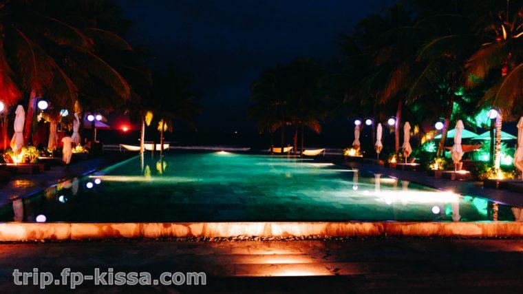 夜のフュージョンマイアダナンのプールは大人な雰囲気に